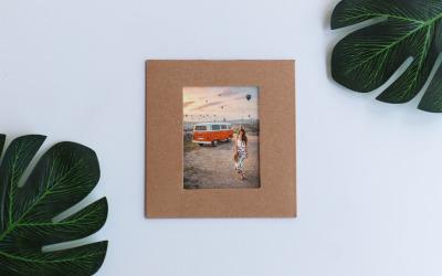 Moldura para fotos de viagens felizes com maquete de produtos de flores